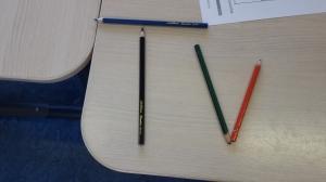 Tekenen? Nee joh, potloden kunnen veel leuker gebruikt worden. Letters maken!