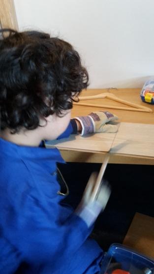 """Themahoek """"Bouwen"""". Er wordt hard gewerkt met kinderzagen, schroevendraaiers en hamertjes met spijkers."""