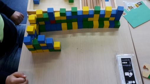 Een Chinese muur van kleine blokjes op tafel